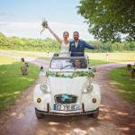 photographe de mariage à Châteaudun : phoot de mariés dans leur voiture ancienne par Aurélie Coquan photographe de mariage