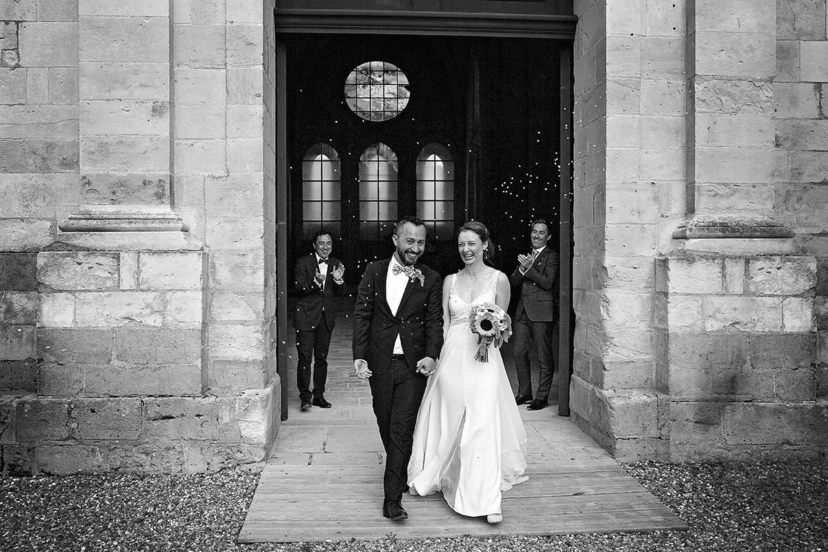 Photographe de mariage à Châteaudun : sortie de l'église par Aurélie Coquan Photographe | www.aureliecoquan.fr