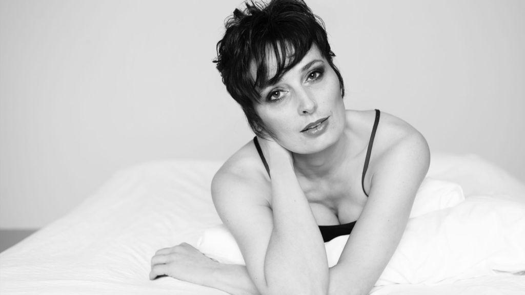 séance photo boudoir à Châteaudun : femme en lingerie rouge