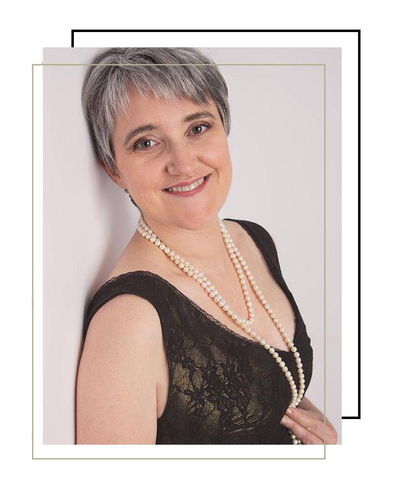 témoignage photographe Châteaudun : portrait de femme glamour collier de perle et robe noire, photographie femme glamour