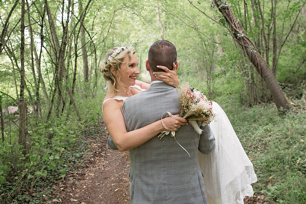 Photographe de mariage à Bonneval, Aurélie Coquan a photographié des mariés amoureux dans les bois près de Bonneval| www.aureliecoquan.fr