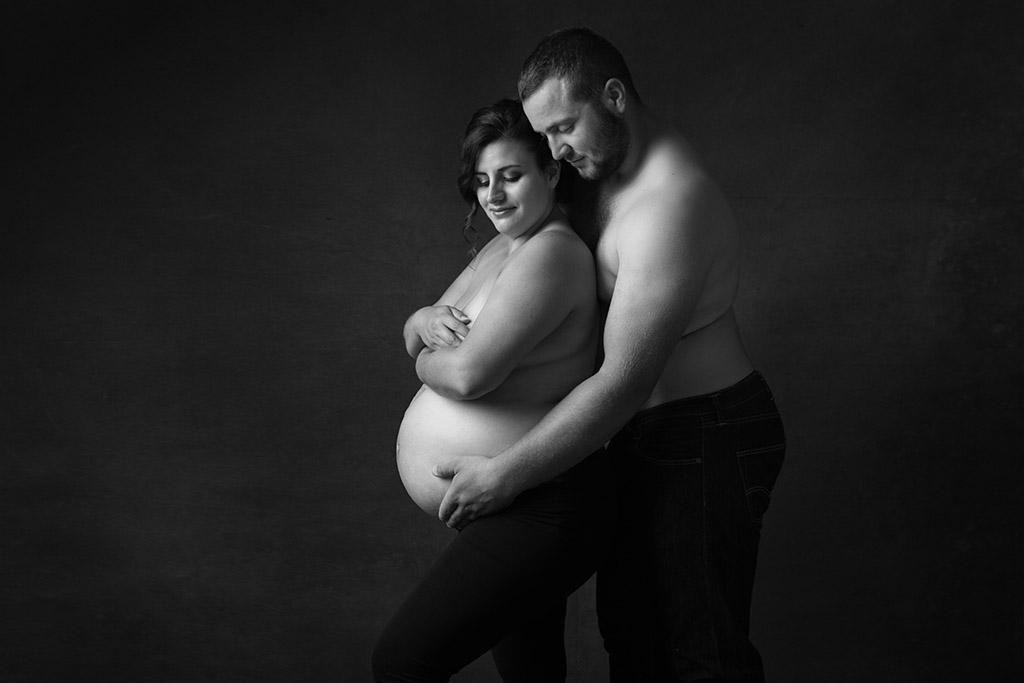 Photo artistique en noir et blanc pour la séance photo grossesse d'A&R par Aurélie Coquan Photographe | www.aureliecoquan.fr