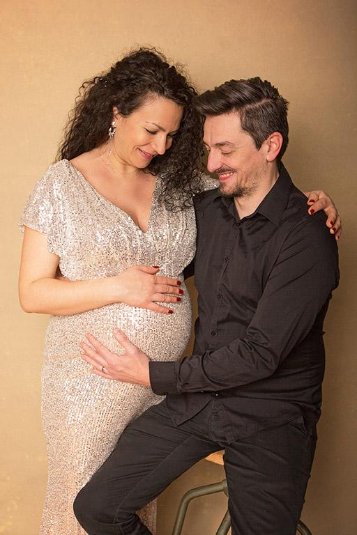 Séance photo grossesse complice en couple par Aurélie Coquan Photographe