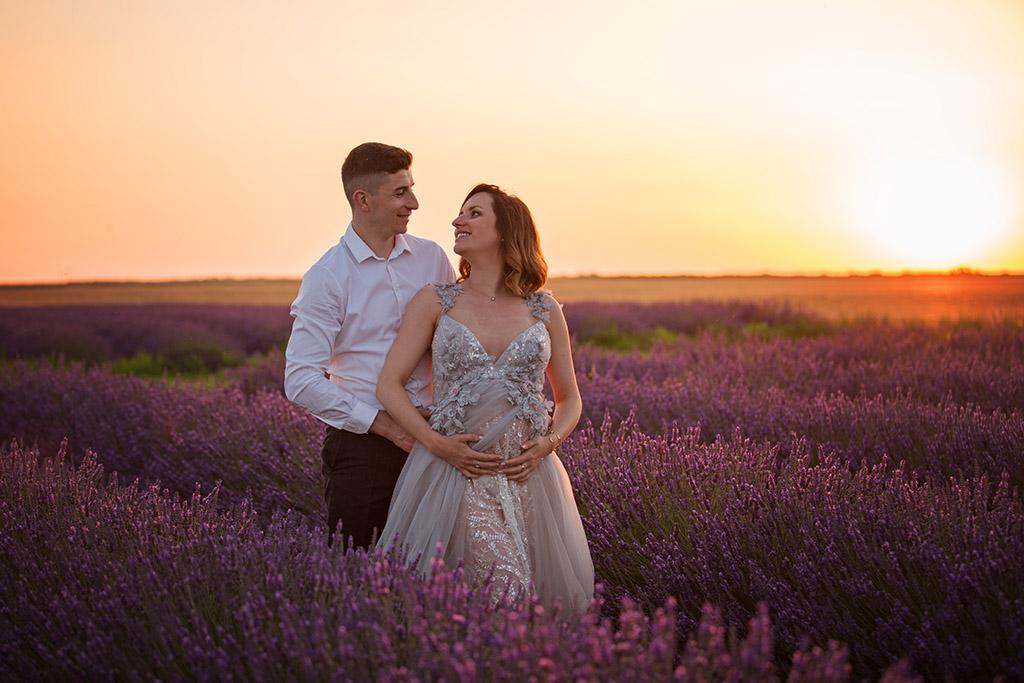Grossesse en extérieur à Châteaudun : séance photo grossesse en extérieur dans les champs de lavandin de la Ferté Villeneuil